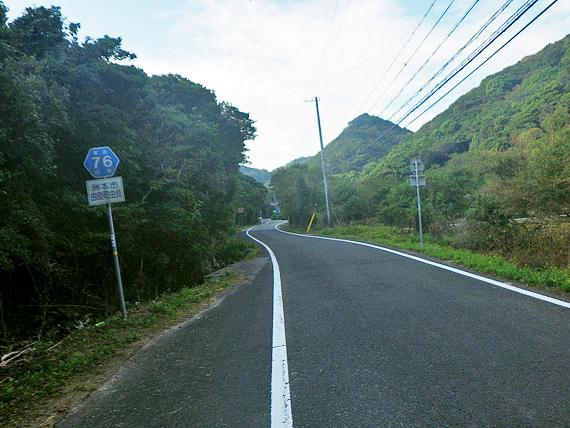 淡路島・由良の山道の写真。曲がりくねった上り坂が続いている。