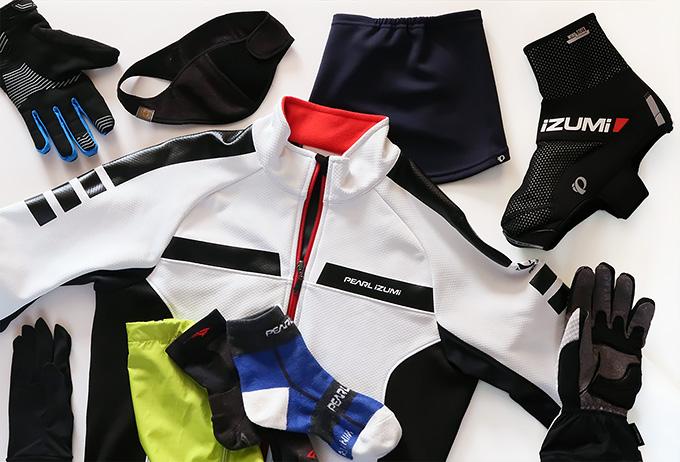 冬の自転車の服装・装備・ウェア小物などをいろいろ並べた写真