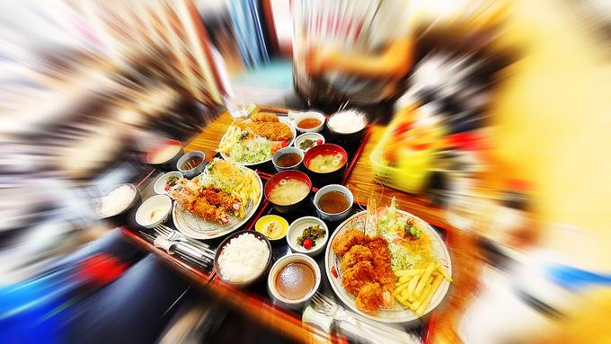 テーブルの上を埋め尽くすように料理が並んでいる写真。