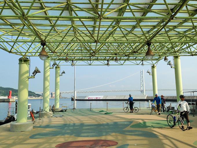 淡路島の岩屋港の浮き桟橋。船からはたくさんの人が自転車を押して降りてきている。むこうには明石海峡大橋が見える。