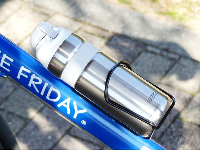 自転車専用の魔法瓶・保冷ボトル「サーモス真空断熱ストローボトルFFQ-600」がボトルケージに収納されている様子