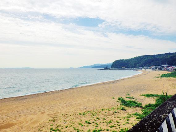 淡路島の「厚浜」の砂浜の風景。やや黄色っぽい砂が広がる、美しい砂浜。