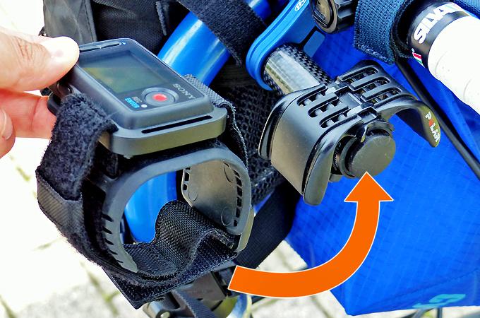 ソニーアクションカムのライブビューリモコンを自転車のハンドルに装着・着脱する様子の写真。