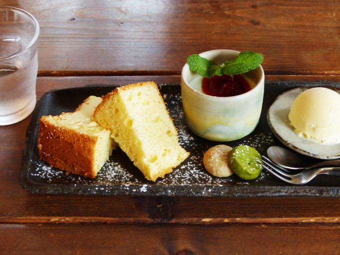 「うわのそら」のケーキプレートの写真。横長のお皿に、ケーキやクッキー、アイスクリームなどが並んでいる写真。