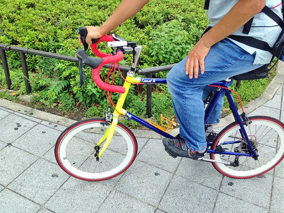 友人の自転車「コメットR」の写真。赤いハンドル、青と黄色のフレームで、派手な外観をしている。