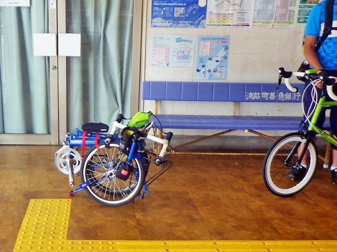 高速船乗り場の待合所で、バイクフライデーの折り畳みミニベロ「ニューワールドツーリスト」が小さく折り畳まれている写真。