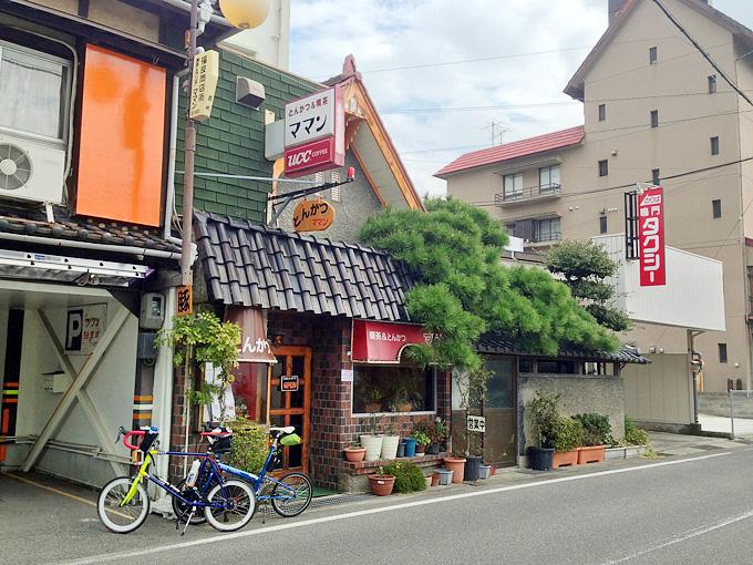 とんかつ&喫茶「ママン」の店舗外観。古めかしく、カラフルな、いかにも昔の喫茶店という外観をしている。