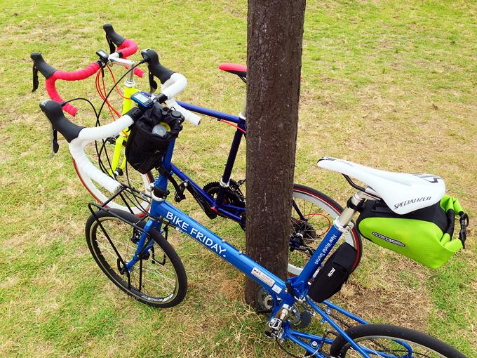 街路灯の茶色い柱を挟むように、「ニューワールドツーリスト」と「コメットR」の2台の自転車が停められている写真。