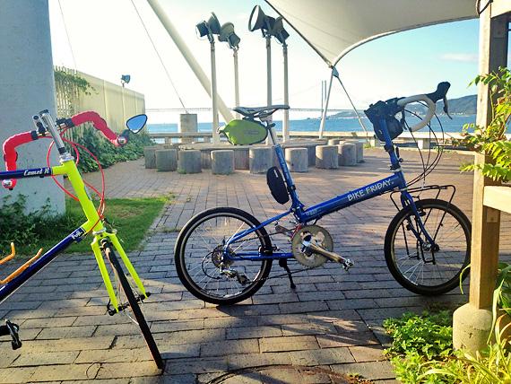 兵庫県明石市の大蔵海岸公園内の一角に2台の自転車、バイクフライデーの折り畳みミニベロ「ニューワールドツーリスト」とフジのミニベロロード「コメットR」が停められている写真。
