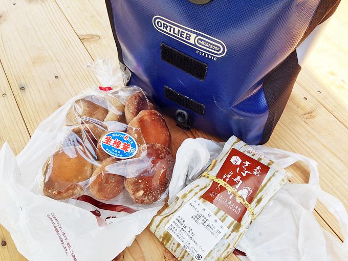 「マイスター工房八千代」で購入した「鯖寿司」と「椎茸」が置かれている写真。