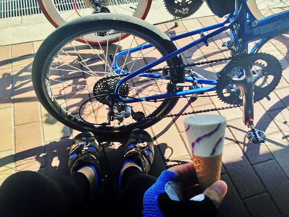 道の駅「みき」内のベンチで自転車を停めてアイスクリームを食べている主観支点の写真。足元にバイクフライデーの折り畳みミニベロ「ニューワールドツーリスト」の後部が見えている。