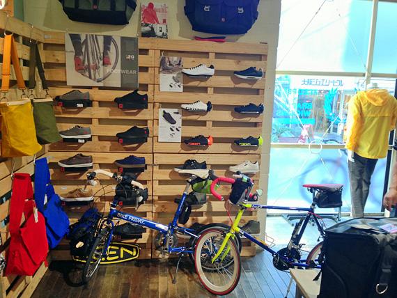 「トーキョーウィールズ大阪店」の店内一角の写真。カジュアル系のサイクルシューズやバッグが展示されている。