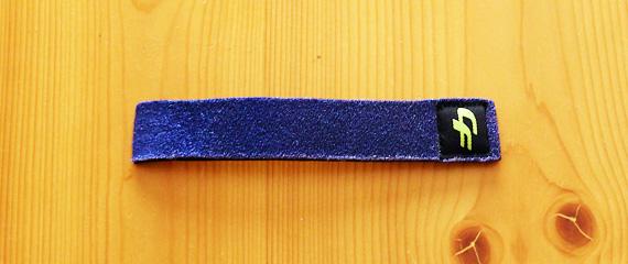 ネオプレン素材で出来た細くて短い青いベルトの写真。