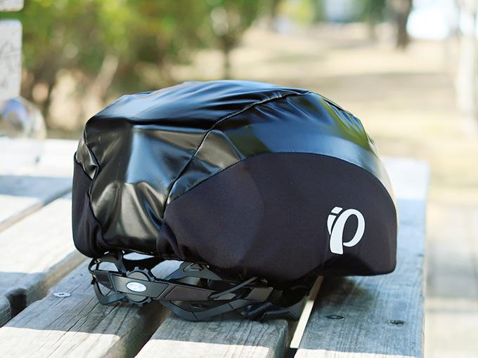 自転車用ヘルメットにヘルメットカバー(パールイズミのレインヘルメットカバー)を装着した写真。ピッタリと留まっている様子が解る。