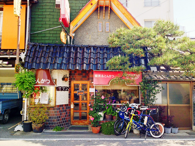 淡路島・福良にある喫茶&とんかつのお店「ママン」の店舗外観の写真。お店の前には自転車が停められている。