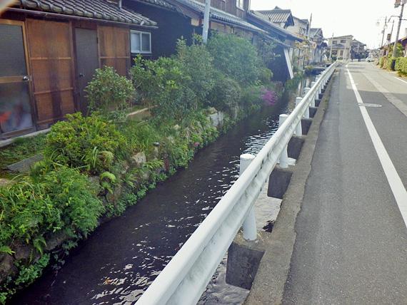 滋賀県高島市の住宅地の風景。立ち並ぶ民家の脇には水路があり、きれいな水が流れている。