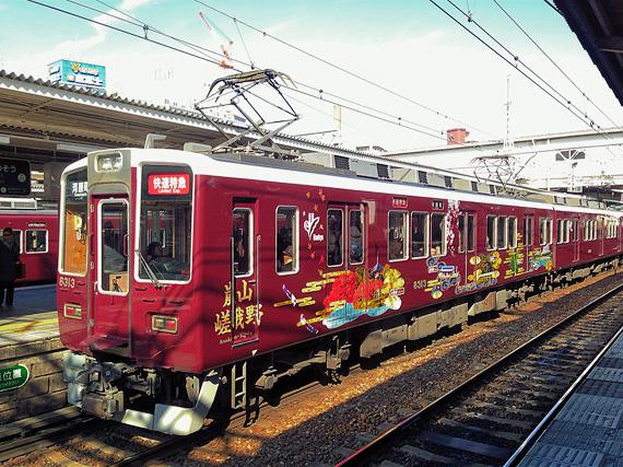 阪急電車・京都線の列車が駅のホームに停まっている写真。