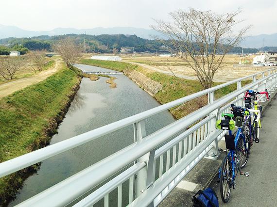 滋賀県大津市を流れる「真野川」に架かる橋の上に2台の自転車、「ニューワールドツーリスト」と「コメットR」が停められている。