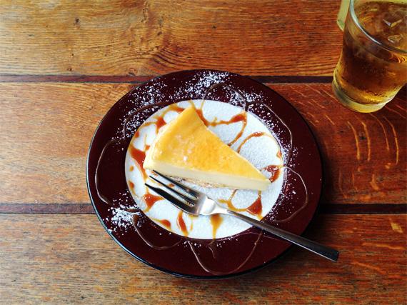 チーズケーキの写真。お皿にはキャラメルソースで装飾がされている。