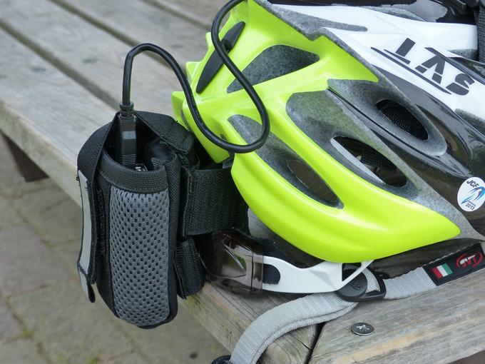 自転車用ヘルメットの後部に、モバイルバッテリーが入った「TNIバイクポケット」が装着されている写真。ヘルメット後部を大きく写している。