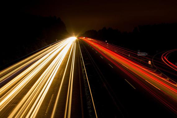 たくさんのライトの光が縦に長く伸びているイメージ写真。明るさとランタイムの両立をイメージしている。