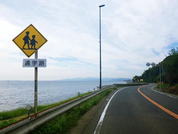 淡路島の国道28号線の風景。左側には海、右側には山が見える。