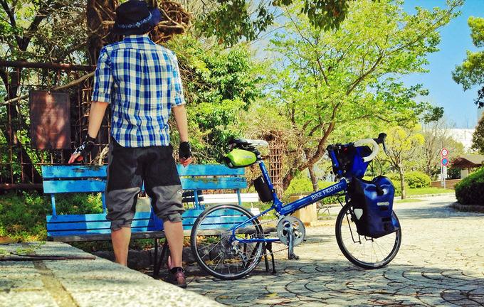 筆者の後姿の写真。隣にはバイクフライデーの青い自転車「ニューワールドツーリスト」が停められている。