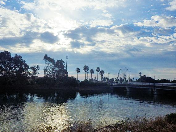 淡路島・塩田新島付近の風景。むこうには「淡路ワールドパークオノコロ」が見える。