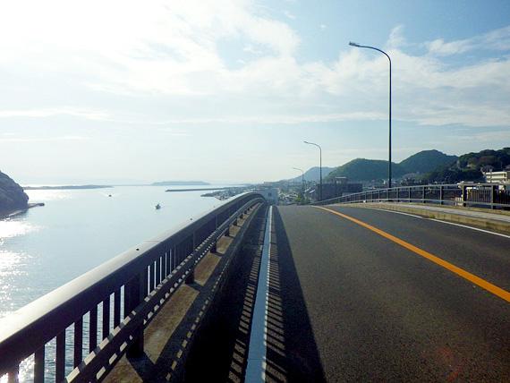 淡路島・由良港付近の陸橋から見る風景の写真。とても高く、眼下に海が見える。