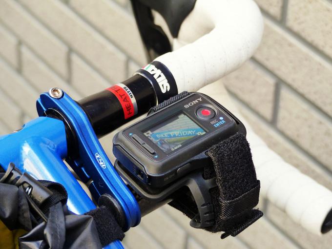 自転車に取り付けられたマウントにソニーアクションカムの「ライブビューリモコン」が装着されている写真。