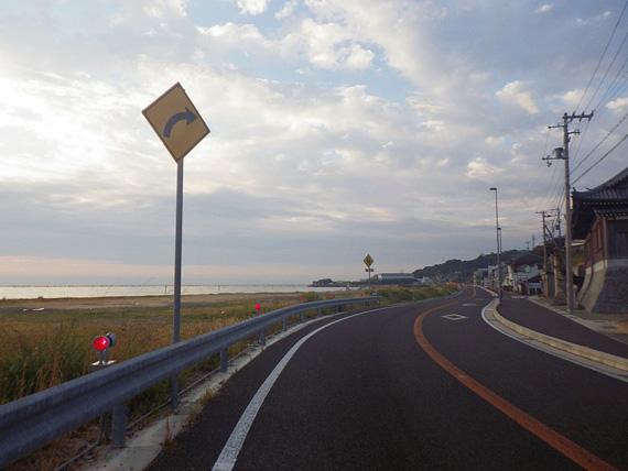 淡路島・岩屋付近の国道28号線の道路の写真。左側には海が広がっている。