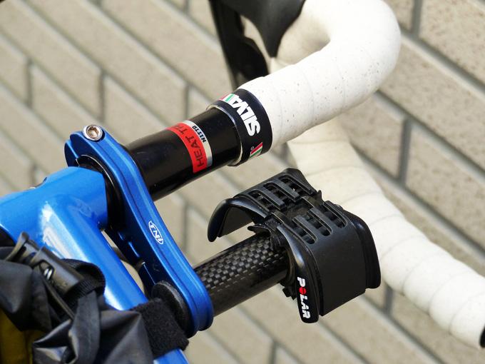 「TNIカーボンメーターステー」に「Polarバイクマウント」が装着されている写真。