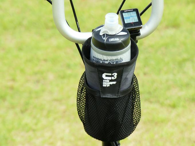 BROMPTON(ブロンプトン)にボトルケージとして使えるアイテム「ハンドルセンターポーチ」が装着されている写真。例としてサイクルボトルを収納してボトルケージとして使用している様子。