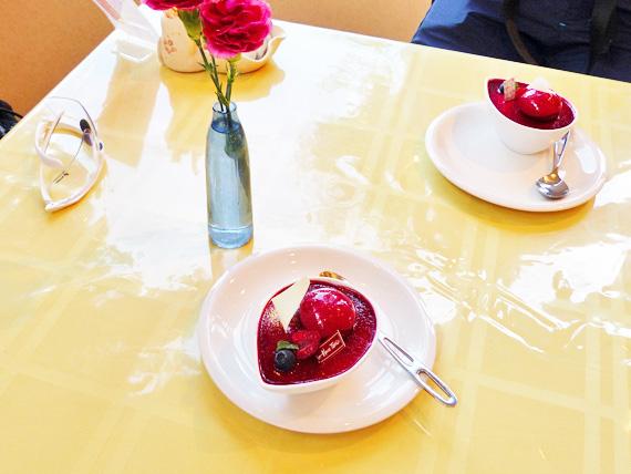 テーブルの上に「レア&マロン」というケーキが2皿置かれている写真。