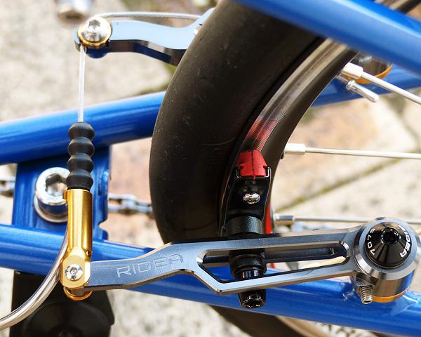 バイクフライデーのニューワールドツーリストのリアブレーキが「リデアCNCロングVブレーキ」に交換された状態の写真。
