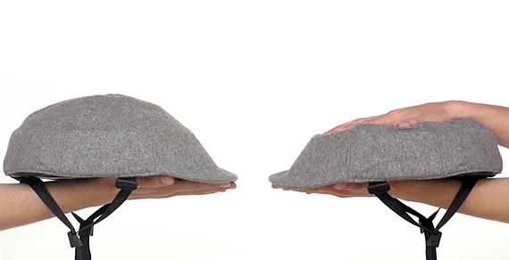 クロスカのヘルメットを手で折り畳んでいる写真。両手の平で上下から挟むようにしていて、厚みが半分程度になっている。