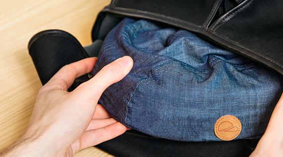 折り畳まれたクロスカのヘルメットが小さめのバッグにすっぽりと収納されている写真。