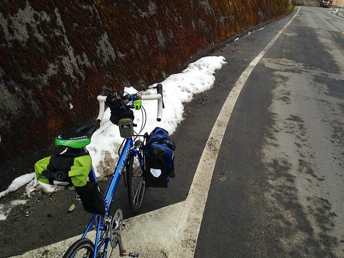 「途中口」付近の道路の写真。雪が積もっている。