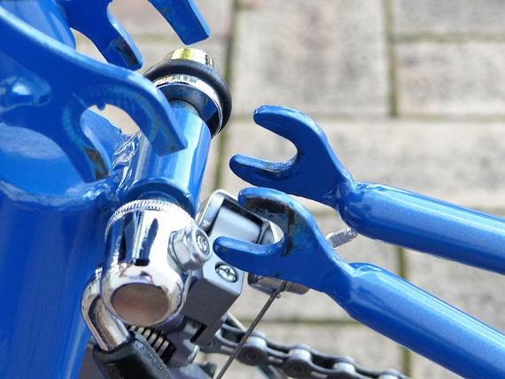 後部が折り畳み機構の接続部分を少し開いた写真。シャフトとアームが噛み合うような形をしている。互いに擦れあう部分は、青い塗装が剥げて銀色になっている。