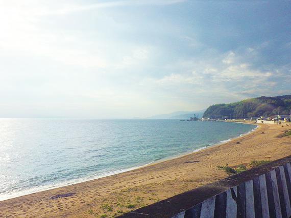 淡路島・厚浜の風景。薄黄色い砂浜と青い海が広がっている。