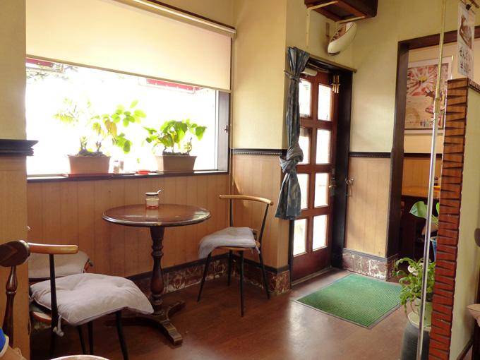 淡路島・福良にある喫茶&とんかつのお店「ママン」の店内の写真。道路に面したテーブル席には窓から明るい光が差し込んでいる。
