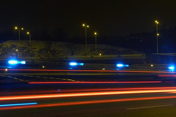 ライトの光が横に長く伸びているイメージ写真。ランタイムの長さをイメージしている。