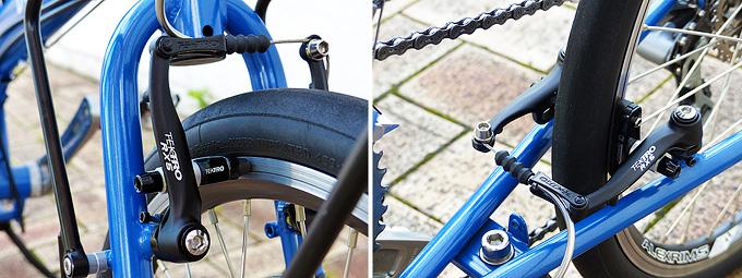 バイクフライデーの自転車「ニューワールドツーリスト」のフロントブレーキおよびリアブレーキを写した写真。青いフレームの前後にホイールのリムを挟み込むようにして黒いVブレーキが装着されている。