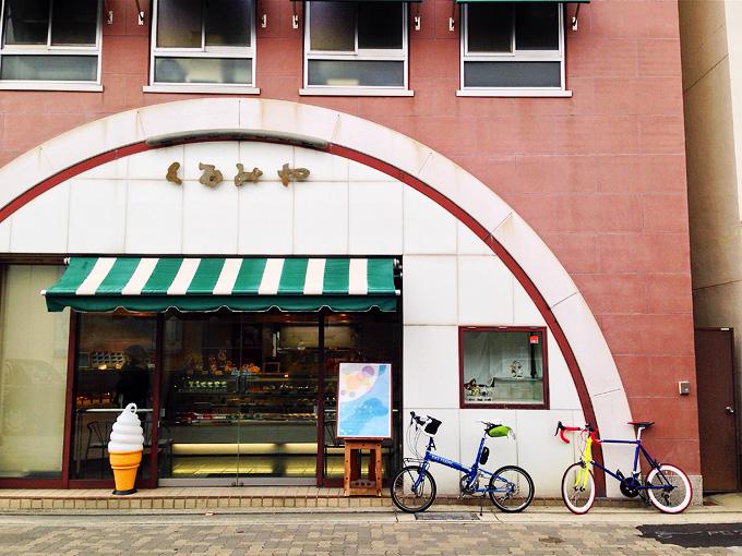 明石のケーキ屋さん「くるみや本店」のお店の前の写真。お店の前に2台の自転車が停められている。
