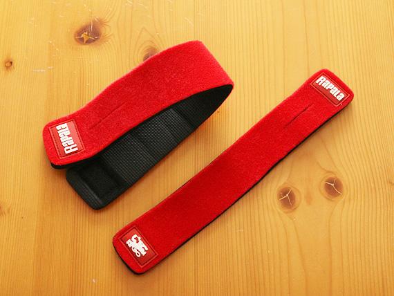 ネオプレン素材の赤いベルトが2本ある写真。1本は幅が広く長さが長く、もう1本は幅が細く長さが少し短い。