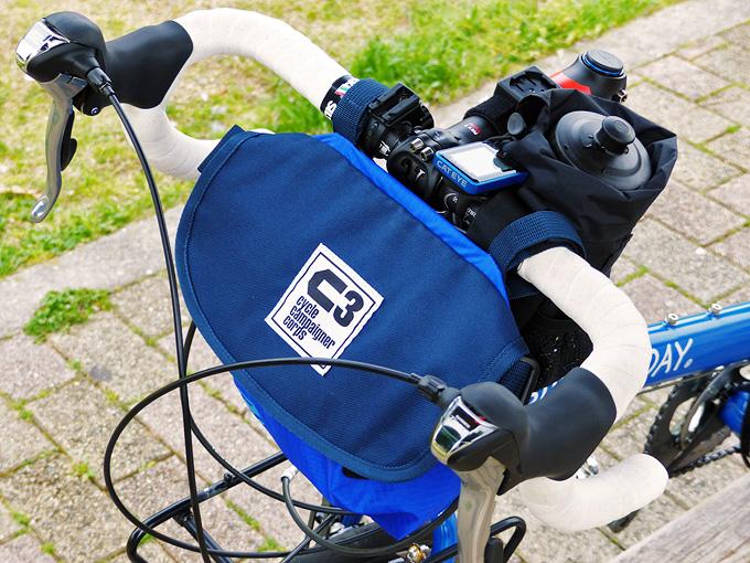 フロントバッグ「シースリーショルダーS」がミニベロロードのドロップハンドルに装着されている写真。バッグがハンドルより上に飛び出していないので、自転車用ライトやサイクルコンピューターなどのアクセサリーの装着・使用に影響がないことがわかる。