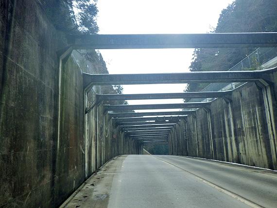滋賀県大津市内の国道367号線上の「途中峠」の頂上付近の写真。坂道を登り切って、ここから先は下り坂になっている。