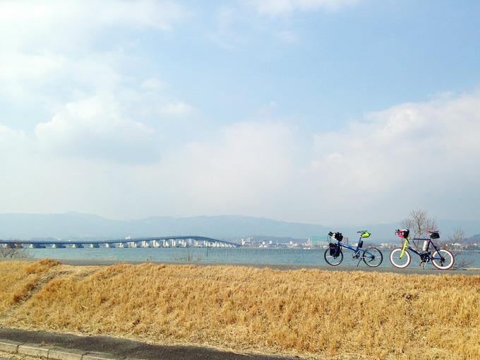 第一なぎさ公園付近から琵琶湖を眺めた風景。むこうには琵琶湖大橋が見える。さらに遠くには、青白く霞んだ山の稜線が見える。