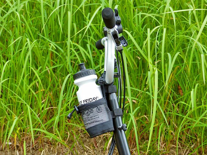 ブロンプトンにボトルケージとしても使えるマルチホルダーが装着されている写真、サイクルボトルが入れられている