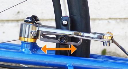 ブレーキシュー取り付け部分の可動範囲の広さを示した写真。